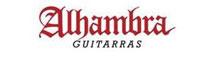 Musicant führt Gitarren von Alhambra